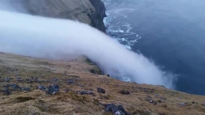 Enlace a Hoy en fenómenos naturales curiosos tenemos: la cascada de niebla