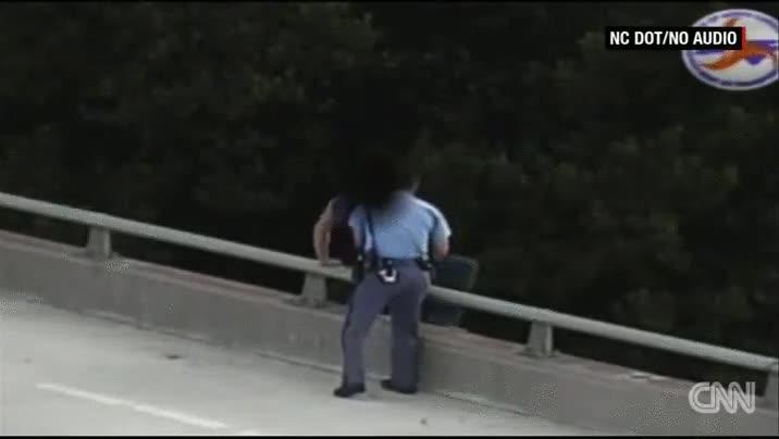 Enlace a Un policía le salva la vida con una gran habilidad para empatizar y un abrazo