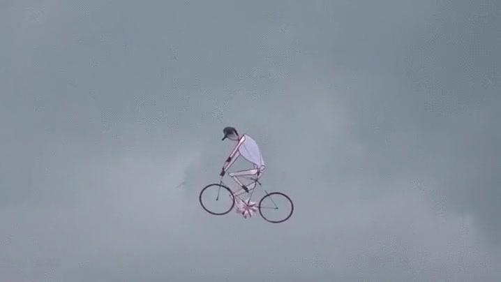 Enlace a Cometa con forma de ciclista. Mucha gente se quedará loquísima al verlo