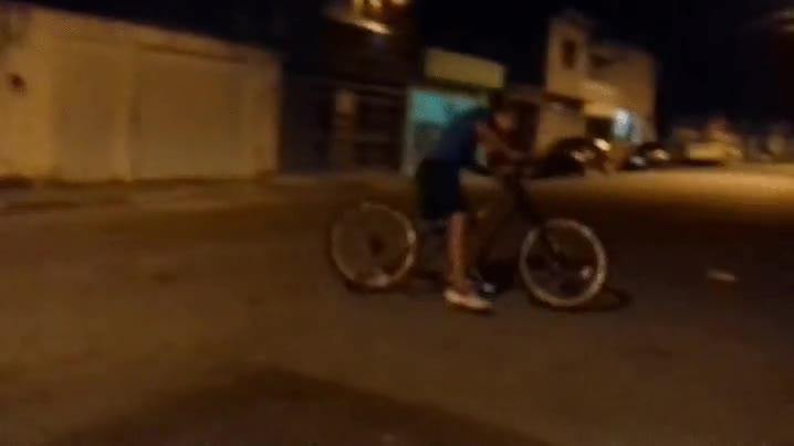 Enlace a Cuando vas a dar un tranquilo paseo nocturno en bici