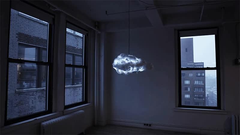 Enlace a Lámpara que simula una tormenta. Tiene hasta sonido, necesito una en mi vida