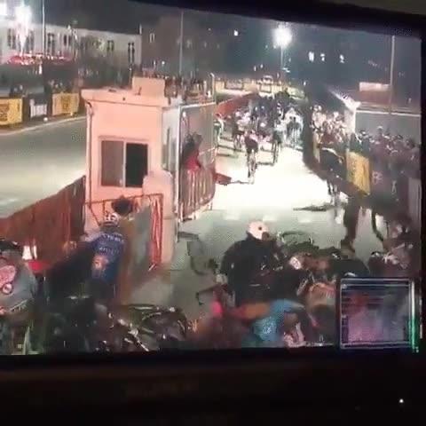 Enlace a Una motocicleta se para en mitad de una carrera en Brooklyn