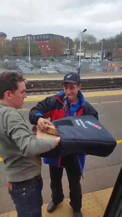 Enlace a Cuando el repartidor te trae una pizza al tren. Bravo por ese servicio