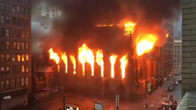 Enlace a El fuego consume una histórica catedral de Nueva York
