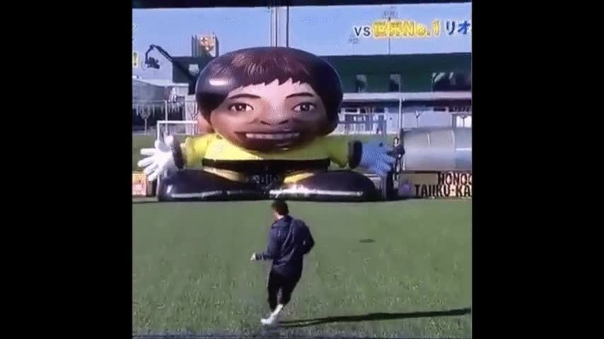 Enlace a Messi VS Un portero inflable gigante