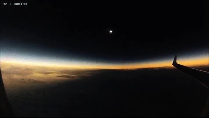 Enlace a La Tierra siendo consumida por la oscuridad en un eclipse