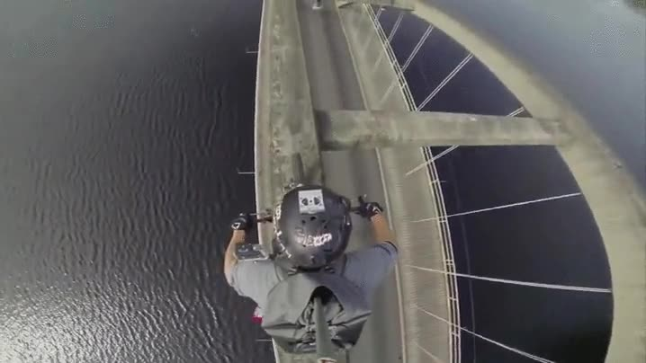 Enlace a Hay ciclistas cabezotas y luego está este señor empeñado en cruzar el puente por encima