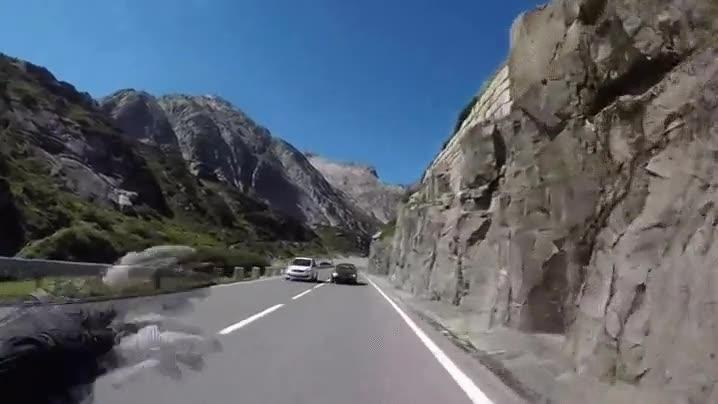 Enlace a Un motorista no puede evitar saludar de forma cariñosa a un coche