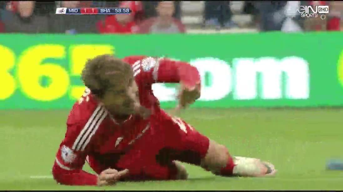 Enlace a Los futbolistas son unos cuentistas que se tiran al suelo por nada...bueno espera