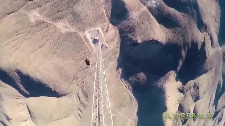 Enlace a Saltando desde lo más alto de una torre haciendo volteretas. Hay gente con ideas muy locas