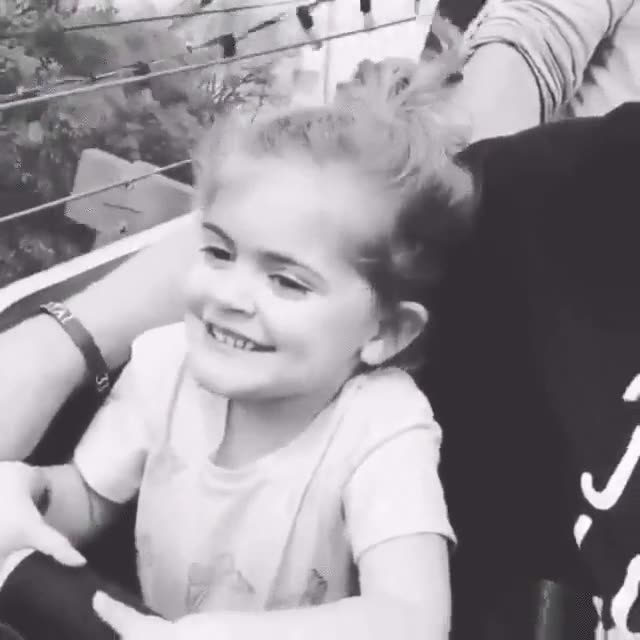 Enlace a El primer viaje en montaña rusa de esta niña está repleto de emociones