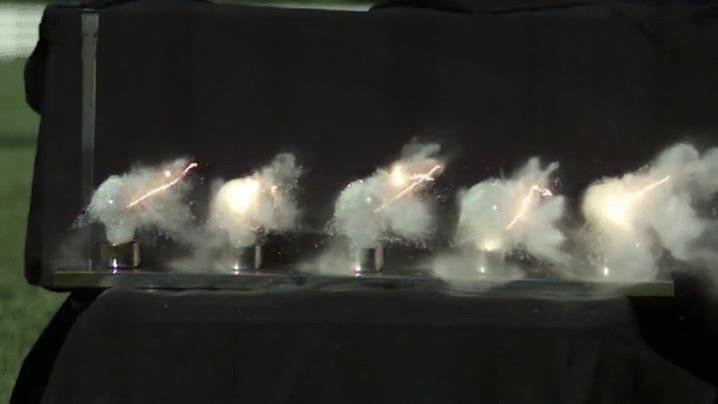 Enlace a Una bala atravesando 5 bombillas en cámara lenta