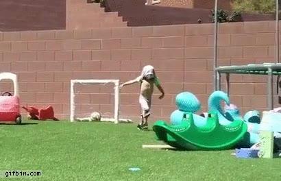 Enlace a Niño celebrando un gol de forma poco afortunada