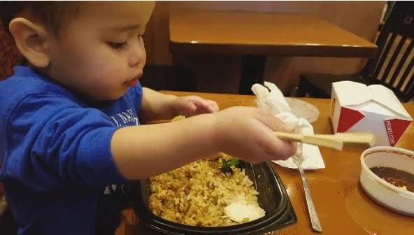 Enlace a La próxima vez que alguien te diga que no sabe comer con palillos enséñale este niño
