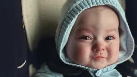 Enlace a La cara de un bebé en cámara lenta cuando no se aguanta sus necesidades