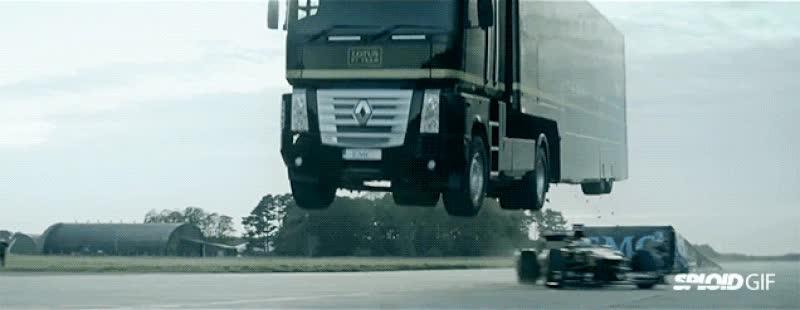 Enlace a Pasando por debajo de un camión a toda velocidad