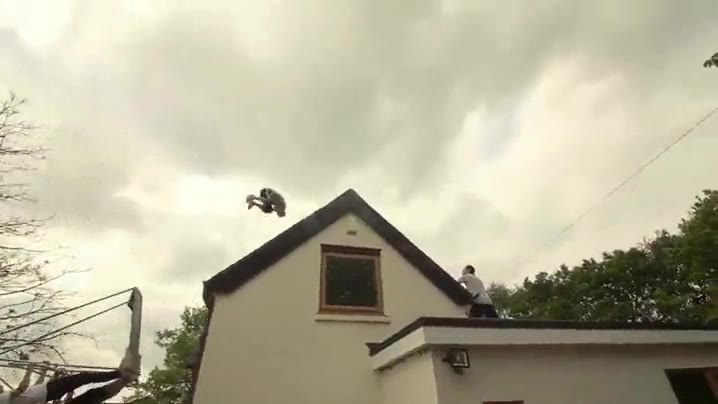 Enlace a Espectacular salto con voltereta por encima de una casa