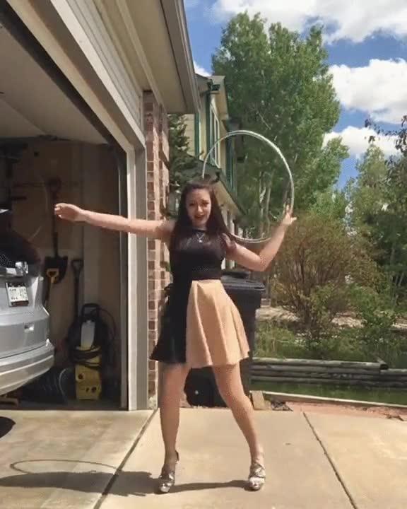 Enlace a La chica del Hula Hoop vuelve a demostrar su talento