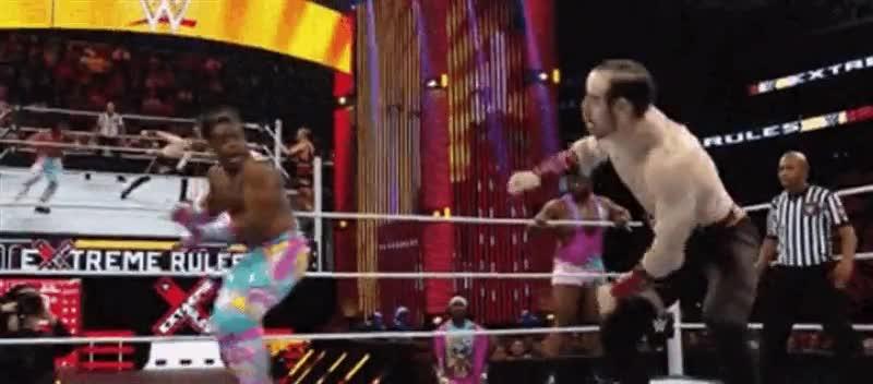 Enlace a Xavier Woods utiliza un Hadouken en la WWE