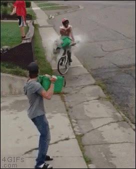Enlace a Cuando decides refrescar a los ciclistas y acabas liándola parda