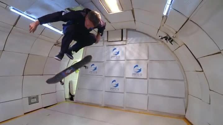 Enlace a Tony Hawk haciendo lo mejor que sabe hacer en gravedad cero