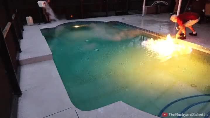 Enlace a Incendiando y apagando una piscina con nitrógeno líquido