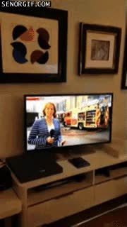Enlace a Cuando enciendes la tele y ves el exterior de tu casa