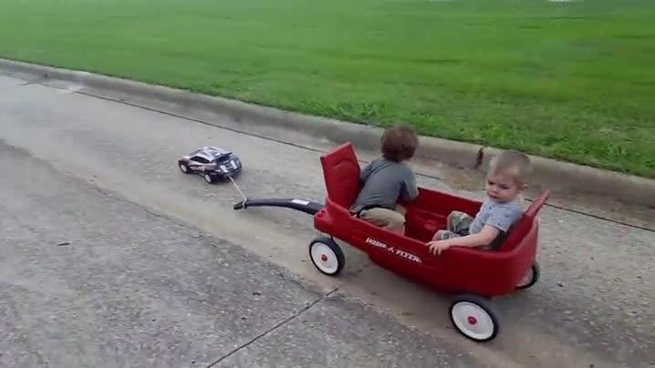 Enlace a Papá ha tenido una idea para llevaros de paseo sin romperse la espalda