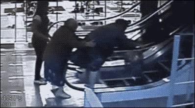 Enlace a Lo que pasa cuando gente de pueblo va a la gran ciudad y no sabe utilizar las escaleras mecánicas