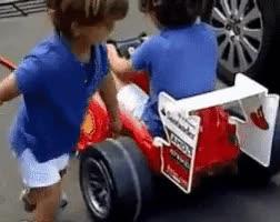 Enlace a Niños recreando una parada en boxes