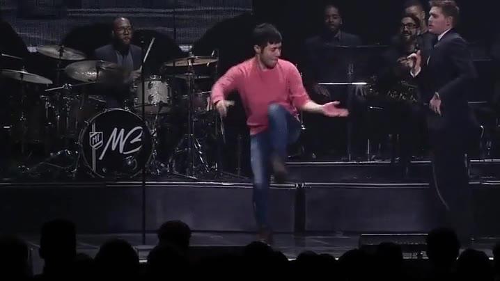 Enlace a Michael Bublé invitando a un fan que reacciona con un baile de lo más loco