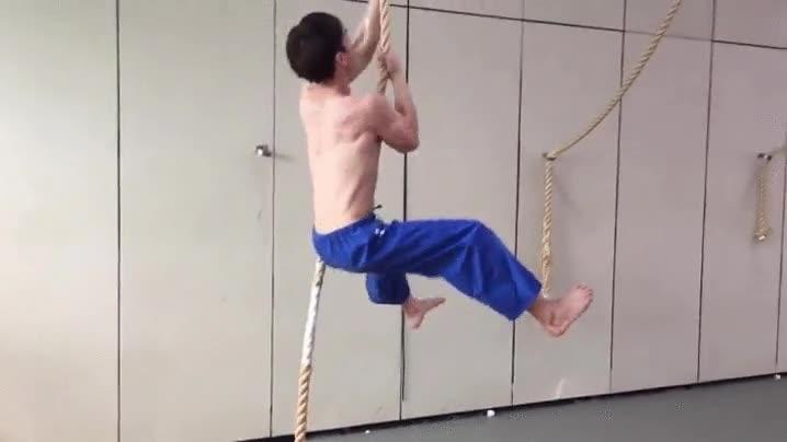 Enlace a Hay que estar muy fuerte para poder subir por una cuerda a pulso