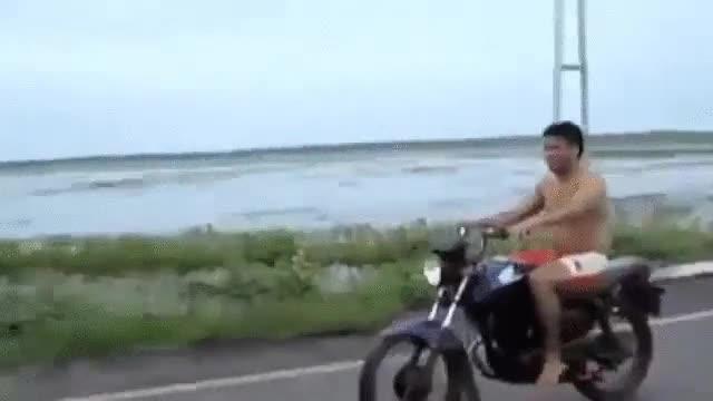 Enlace a Lo que suele pasar cuando haces el tonto con la moto