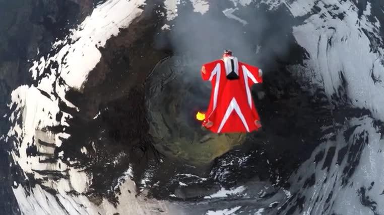 Enlace a Volando por encima de la cima de un volcán