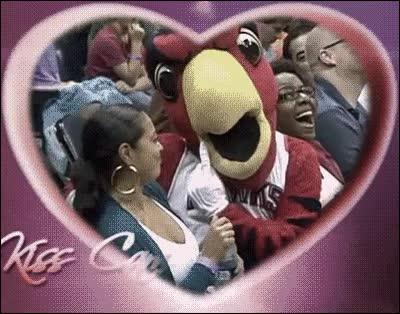 Enlace a La Kiss Cam nos deja con momentos muy apasionados