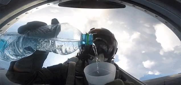 Enlace a Sirviendo un vaso de agua en el peor momento