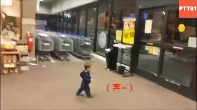 Enlace a Niño descubriendo que tiene superpoderes