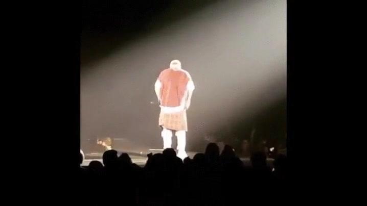 Enlace a Justin Bieber cayendo al vacío en mitad del concierto