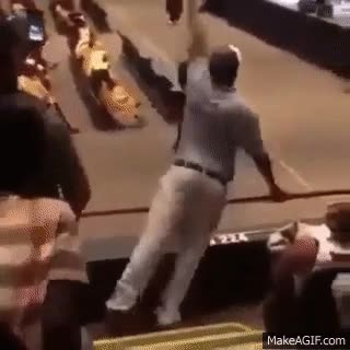 Enlace a Padre con demasiadas ganas de ver a su hijo en la graduación