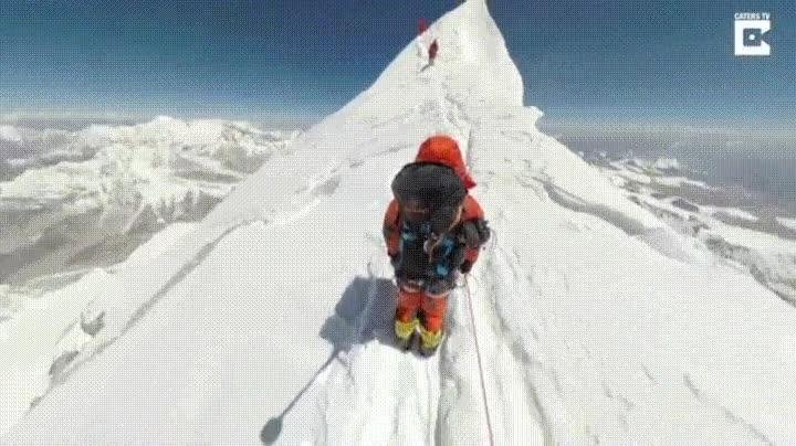 Enlace a Un grupo de 4 personas lleva una cámara 360 a la cima del Everest