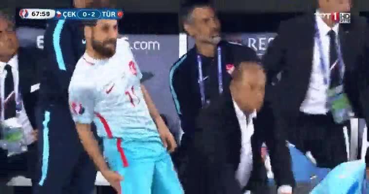 Enlace a Entrenador de Turquía pidiendo a un jugador que simule estar lesionado