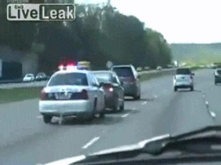 Enlace a Policía colocando de forma sutil a un coche en el carril correcto