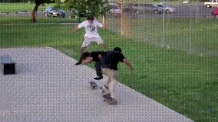 Enlace a El mejor truco con el skate que pueden hacer tres personas