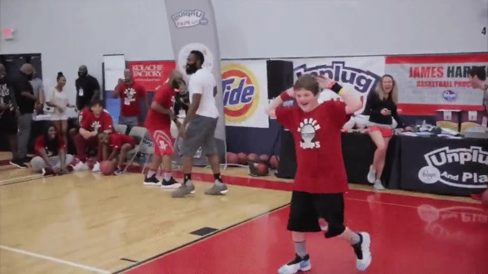 Enlace a James Harden vacilando a un niño