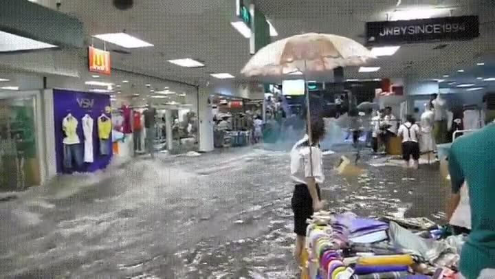 Enlace a Terrible inundación en un centro comercial chino
