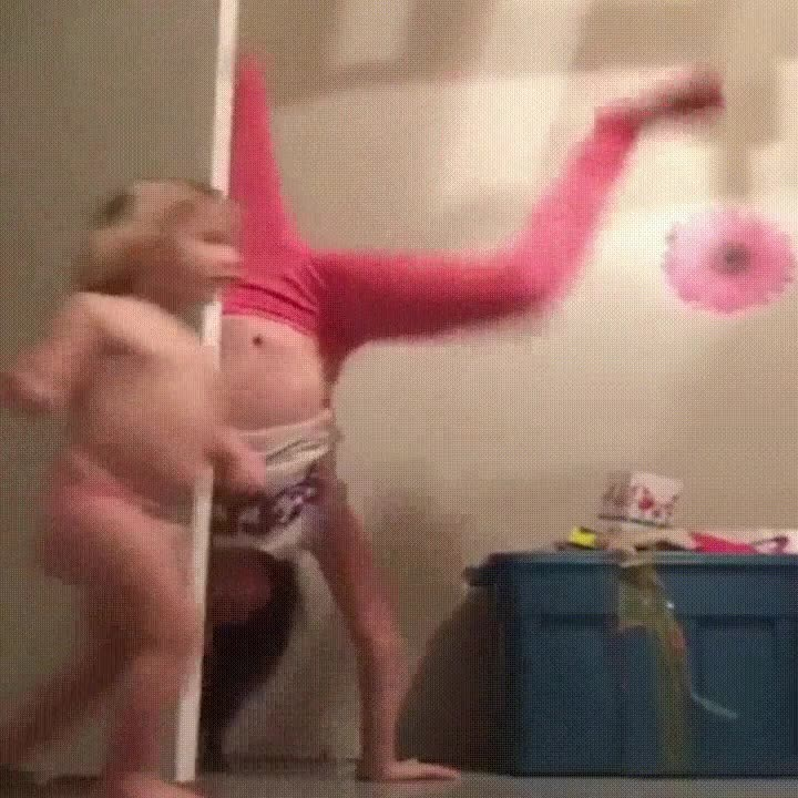 Enlace a Cuando tu hermana pequeña entra en la habitación en el peor momento posible