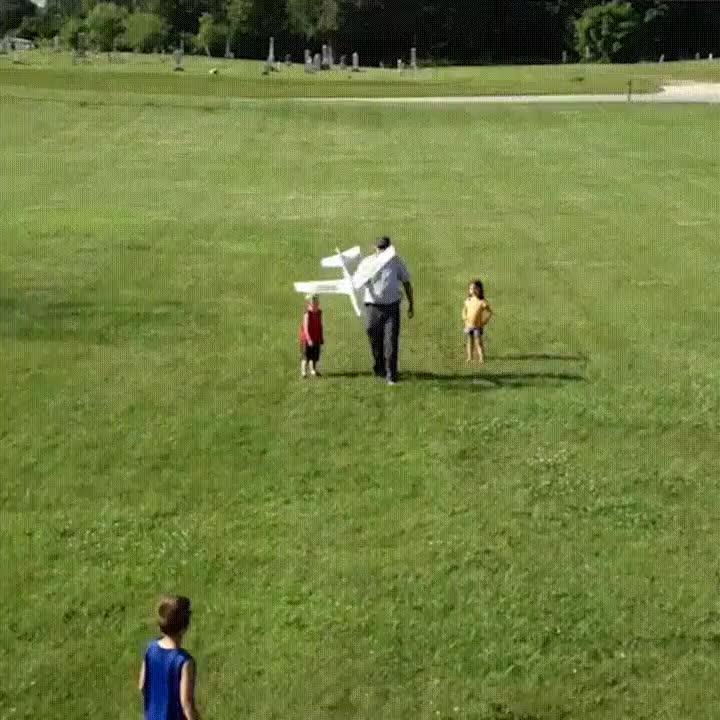 Enlace a La peor forma de pasarle un avión a tu hijo