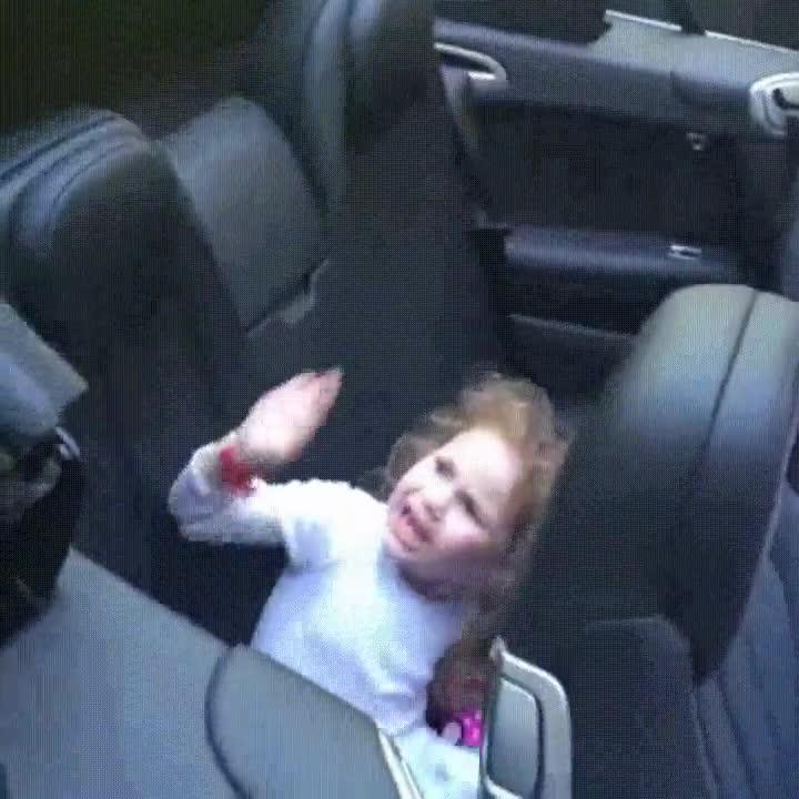 Enlace a Un padre cruel le dice a su hija que el coche se la va a comer