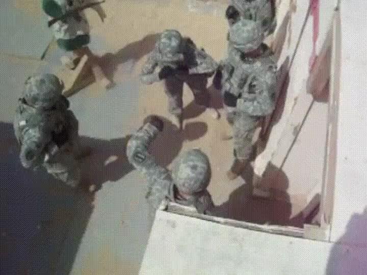Enlace a Militares haciendo prácticas de forma absurda