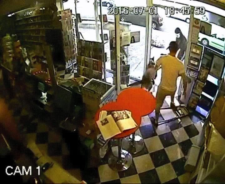 Enlace a Perro evitando un robo en la tienda de su dueño